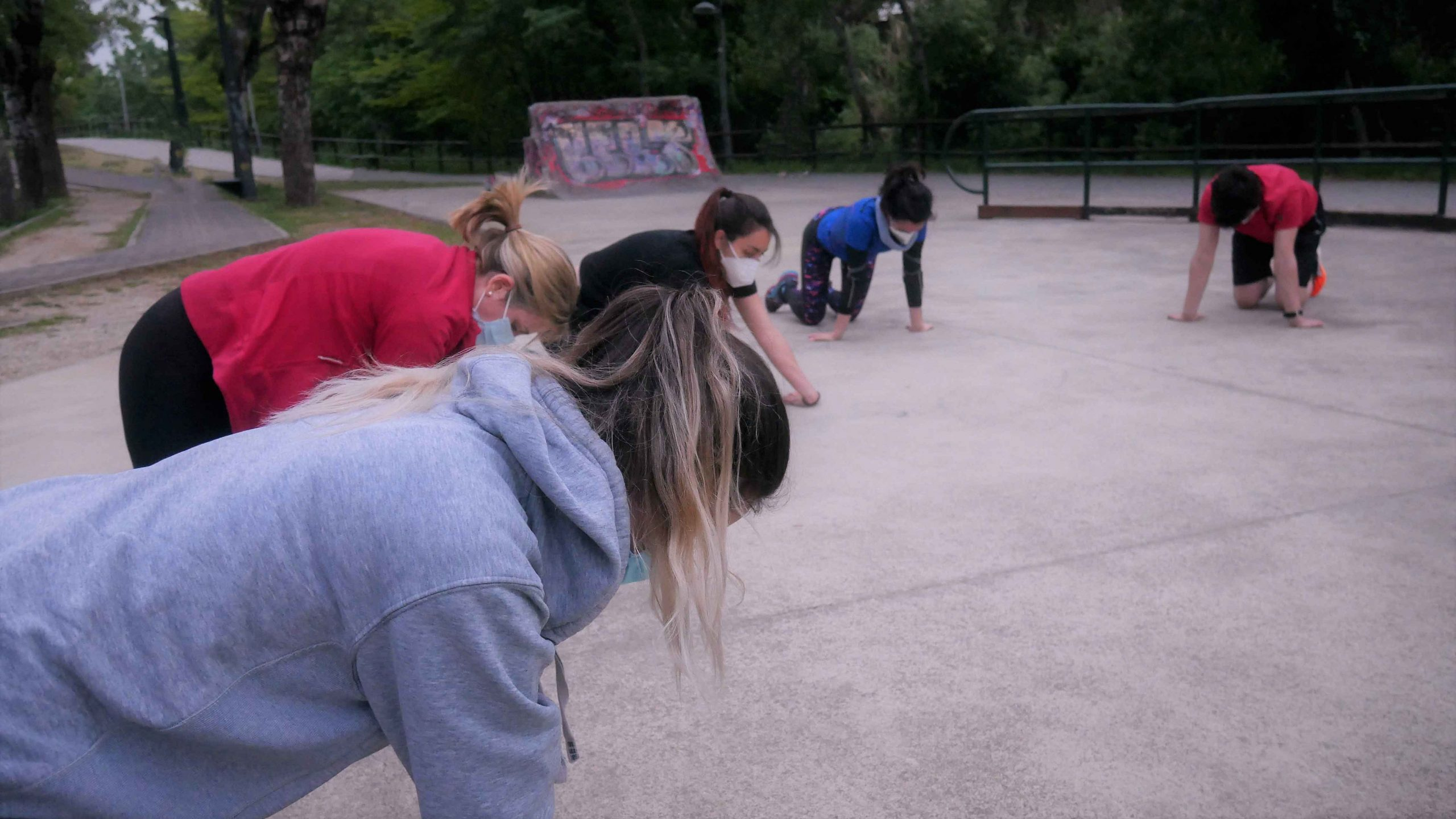 entrenamiento grupal de calistenia al aire libre
